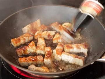 кусочки отварного свиного мяса