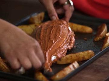 положить к картофелю рыбу