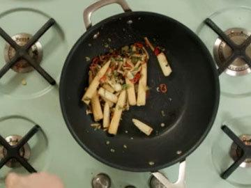 2. Добавить овощи и обжарить