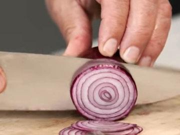 Красную луковицу нарезать