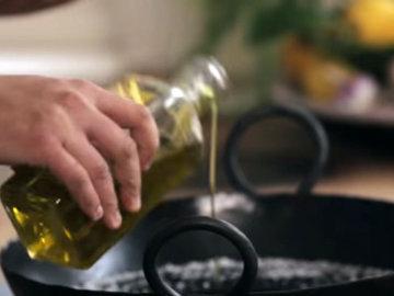 2. влить оливковое масло