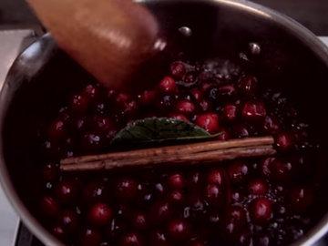 Клюква, клементины, корица, гвоздика и портвейн тушатся вместе до получения густой, сладкой и вкусной консистенции