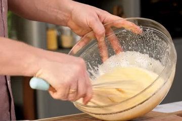 Разбить яйца в большую миску, затем добавить сахар и взбить