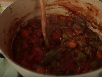 Добавить чеснок и муку, помидоры