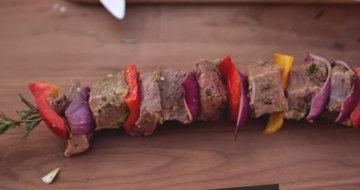 Нанизать мясо и овощи