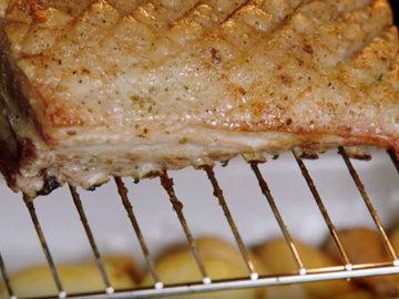 Положить свинину прямо на решетку над картофелем