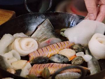 Положить всю рыбу в большую сковороду