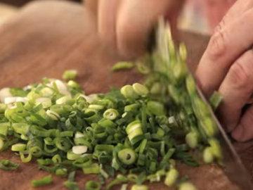 Пучок зеленого лука нарезать