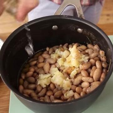 Картошку раздавить, положить к фасоли