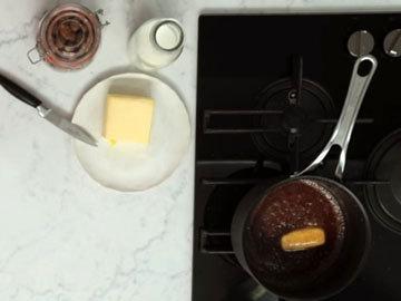 Мастер класс Джейми Оливера Рецепт сдобных булочек Hot Cross. Шаг 1