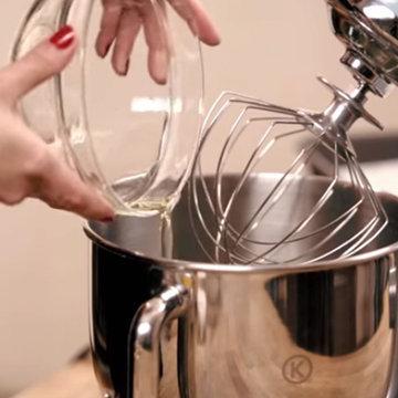 2. Влить белки в миску кухонного комбайна