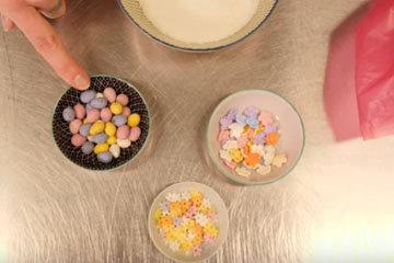 2. цветочки, маленькие шоколадные яйца