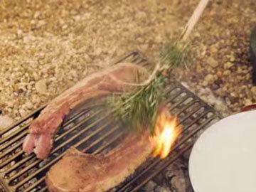 3. Стейки положить на горячий гриль