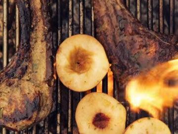 5. Персики положить на гриль к мясу