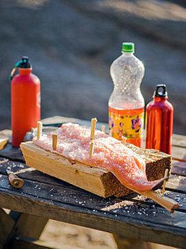 Рыбу можно готовить, прикрепив ее к деревянной доске