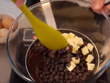 Шоколад и масло растопить
