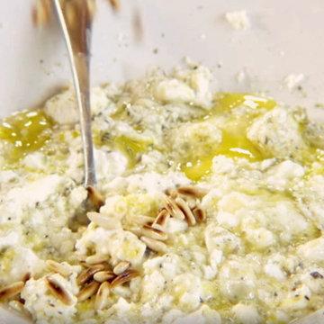 раскрошить сыр фета