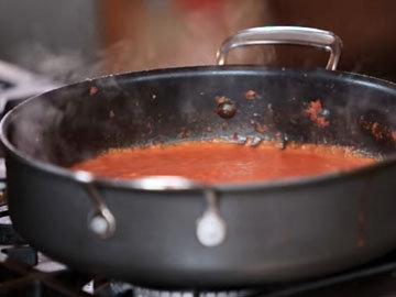 Джейми готовит острый соус 6
