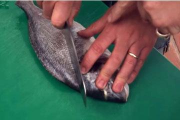 На рыбе острым ножом сделать диагональные надрезы