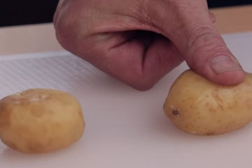 Отварную картошку немного раздавить