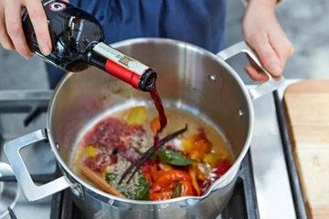 влить 0.5 бутылки красного вина