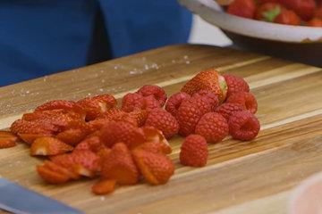 Подготовьте фрукты или ягоды