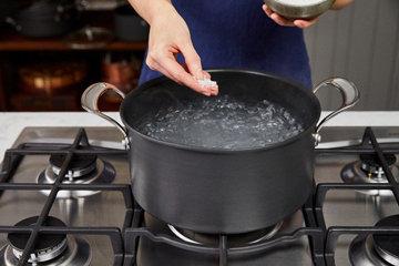 Шаг 2 добавить щепотку соли в кипящую воду