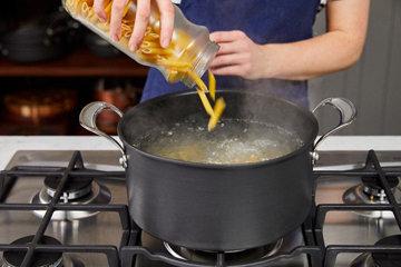 Шаг 3 добавить макароны в кипящую воду