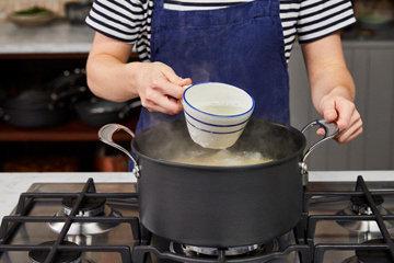 Шаг 5 перед тем, как сливать пасту, оставьте чашку воды от пасты
