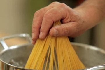 2. Женнаро опускает спагетти в воду