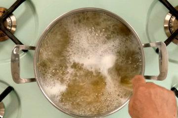 3. Перемешать пасту в кипящей воде