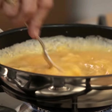 В сковороде нагреть масло и влить яйца