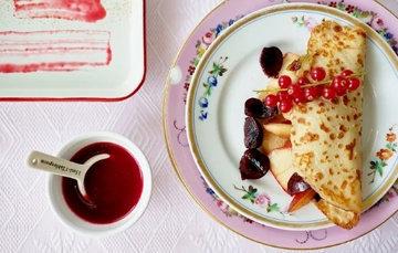 Простой рецепт блинов по-фински с лимоном и красной смородиной