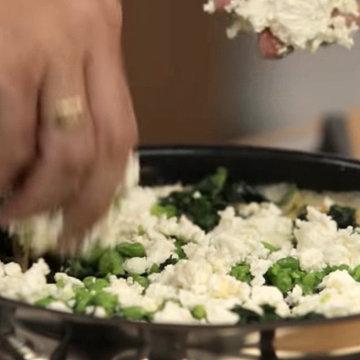 добавить сыр риккота, раскрошив руками