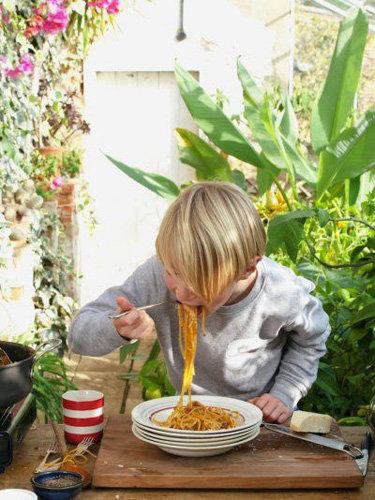 Бадди готовит спагетти Болоньезе