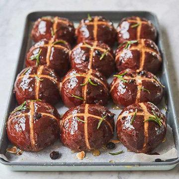 Крестовые булочки с вишней и шоколадом
