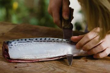 4. проткнуть нож через рыбу