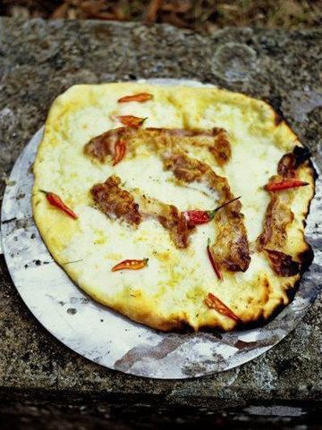 5. Пицца с начинкой копченая панчетта, моцарелла, свежий перец