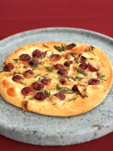 7. Виноградная пицца с медом, розмарином и пекорино