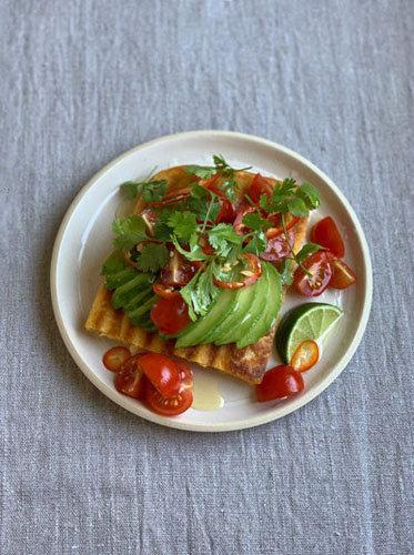 Авокадо, лайм, перец чили, помидоры черри, кориандр