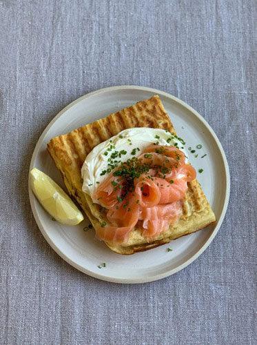 Копченый лосось, сливочный сыр, зеленый лук, лимон