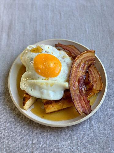 с беконом, яйцом и кленовым сиропом