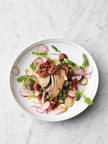 Азиатский салат легко приготовить из тунца