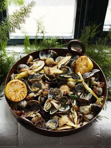 Запеченные моллюски с жареным сладким луком и фенхелем