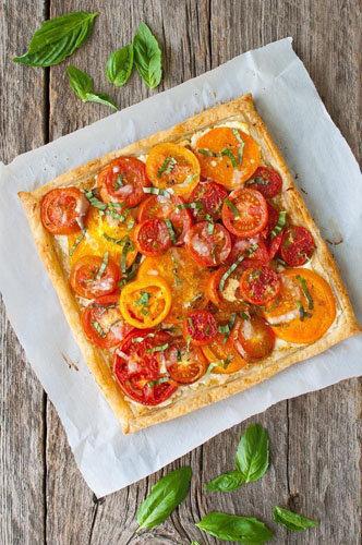 Рататуй пицца готовится из слоеного теста