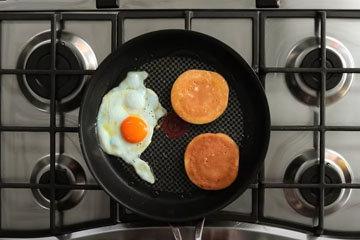 Яичные пышные оладьи crumpet для завтрака 4