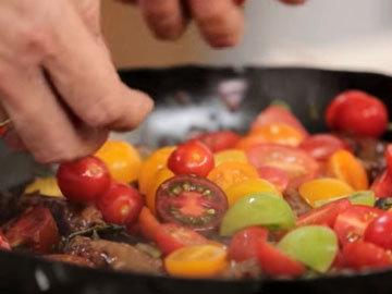 Паста с колбасками, помидорами черри и зеленью 4