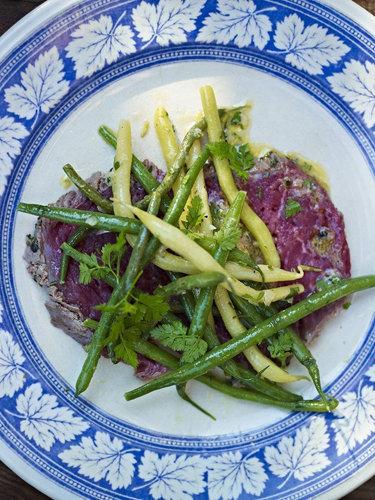 Карпаччо из говядины с салатом из маринованной фасоли