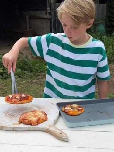Бадди готовит пиццу