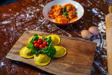 Равиоли обычно подают с маслом или томатным соусо